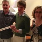 Christoph Simon erhielt von Manuela und Lukas Hofstätter einen Trennstab von der Migros